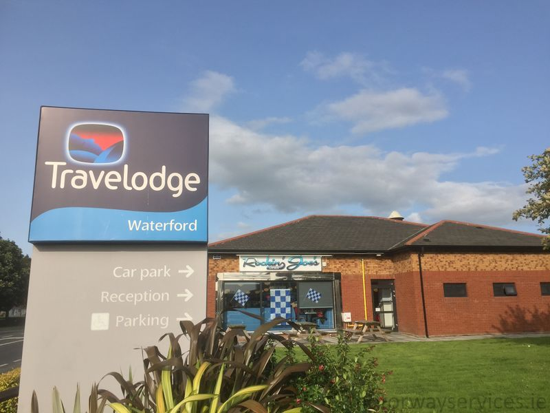 File:Waterford Travelodge sign.jpg